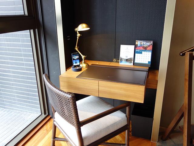 書桌旁有隔牆@高雄H2O水京棧國際酒店