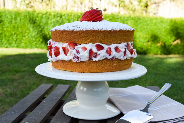 Eton Mess Cake #cake #etonmess #victoriasandwich #victoriasponge #dessert #strawberries #meringue #summer