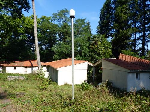 Parc du château Bijou, Labastide-Villefranche, Pyrénées-Atlantiques: bungalows construits par la mutuelle de la police quand elle était propriétaire des lieux à la fin du XX°
