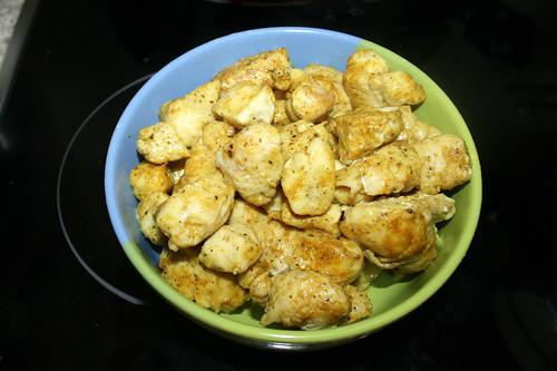 26 - Hähnchenbrustwürfel aus Pfanne entnehmen / Take diced chicken breast from pan