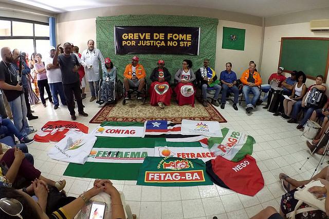 Huelguistas y personas que los apoyan durante acto realizado este domingo (19), en Brasilia (DF)  - Créditos: César Ramos /CONTAG