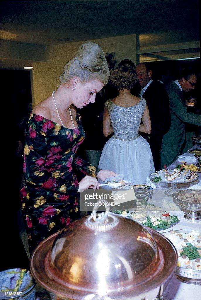1960. Палм-Спрингс. Женщина набирает еду