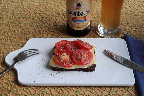 Deichkäse und Tomaten auf Schwarzbrot
