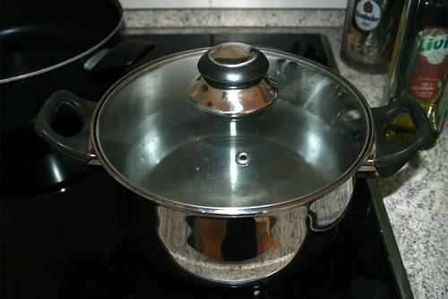 25 - Topf mit Wasser für Nudeln aufsetzen / Bring pot of water to a boil