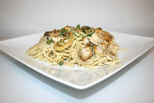68 - Chicken Tetrazzini pasta casserole - Side view / Hähnchen Tetrazzini Nudelauflauf - Seitenansicht