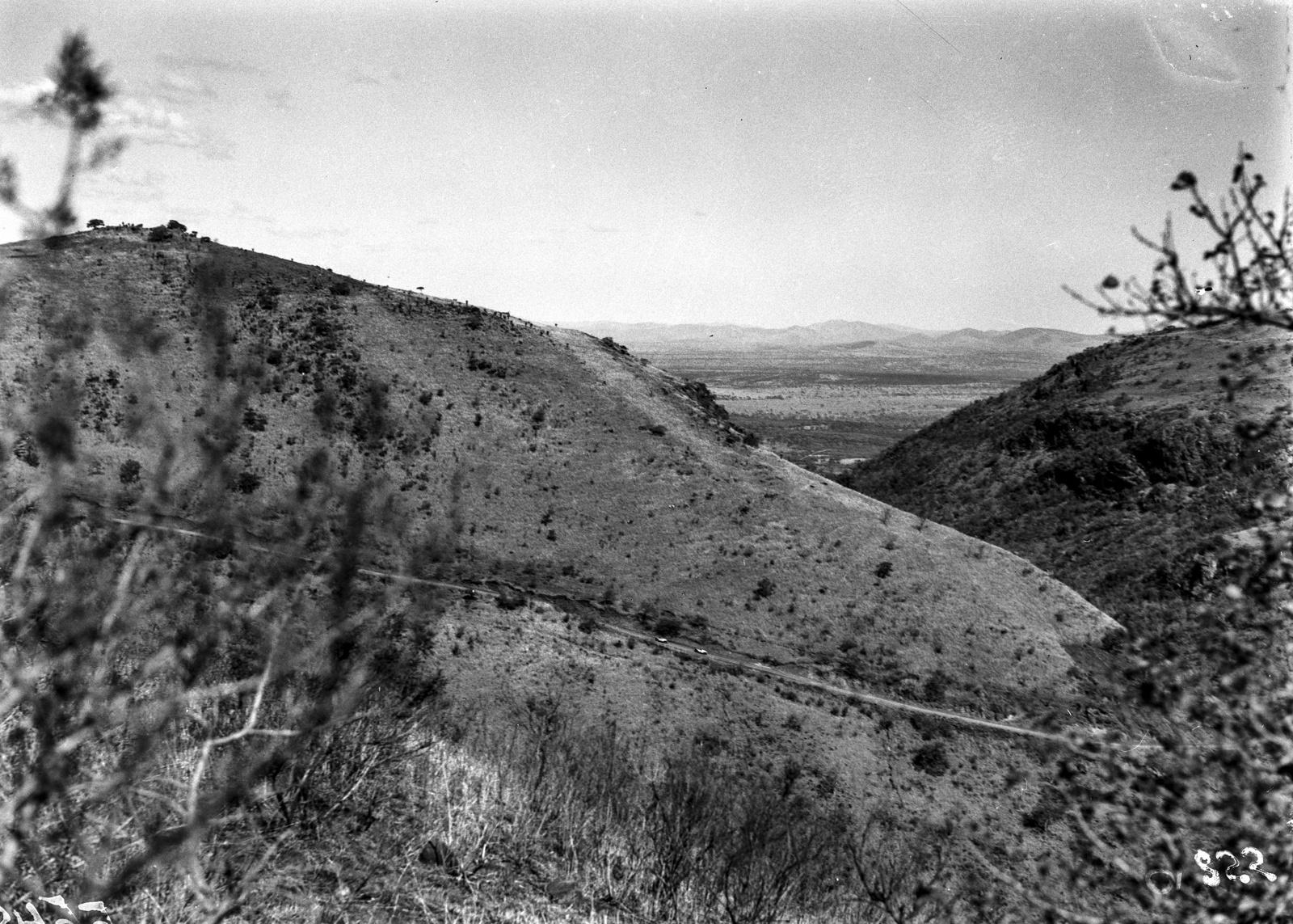 Южно-Африканский Союз. Квазулу-Наталь. Машины экспедиции спускаются по склону горы