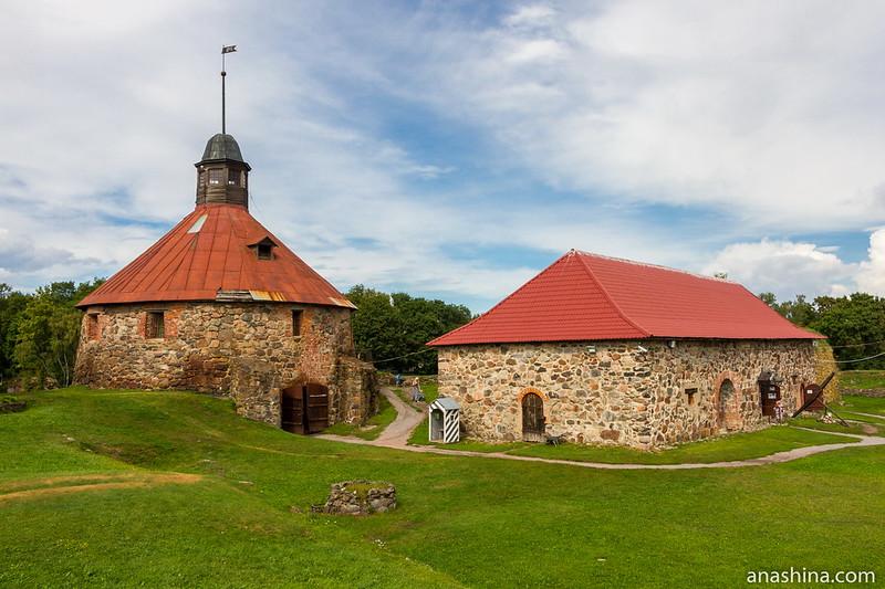 Круглая воротная башня и Старый Арсенал, крепость Корела в Приозерске