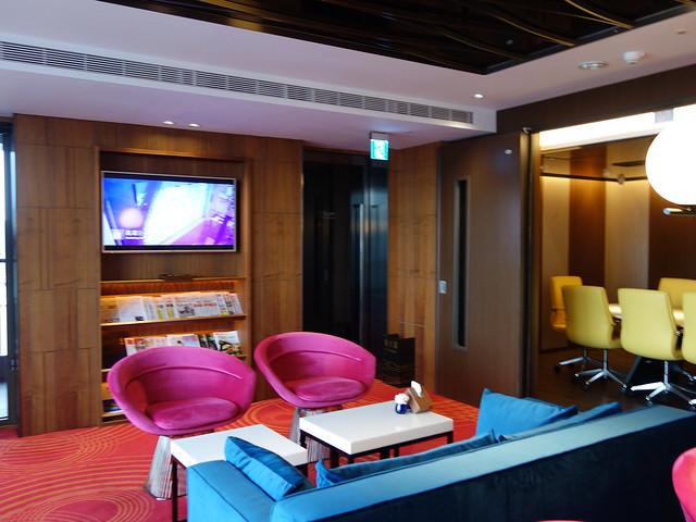 行政酒廊的座椅用色很繽紛@高雄H2O水京棧國際酒店