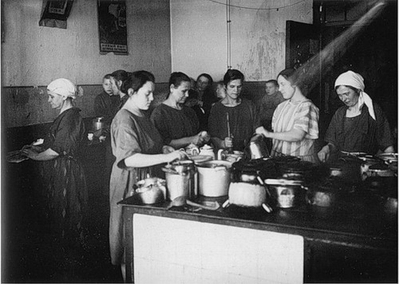 Работницы фабрики им. С. Халтурина на кухне общежития
