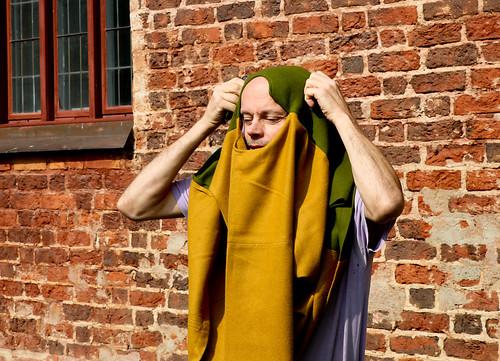 Lars Jonsson, NoMeMus konstnärlige ledare, ikläder sig sin medeltida dress inför Gästabudet.