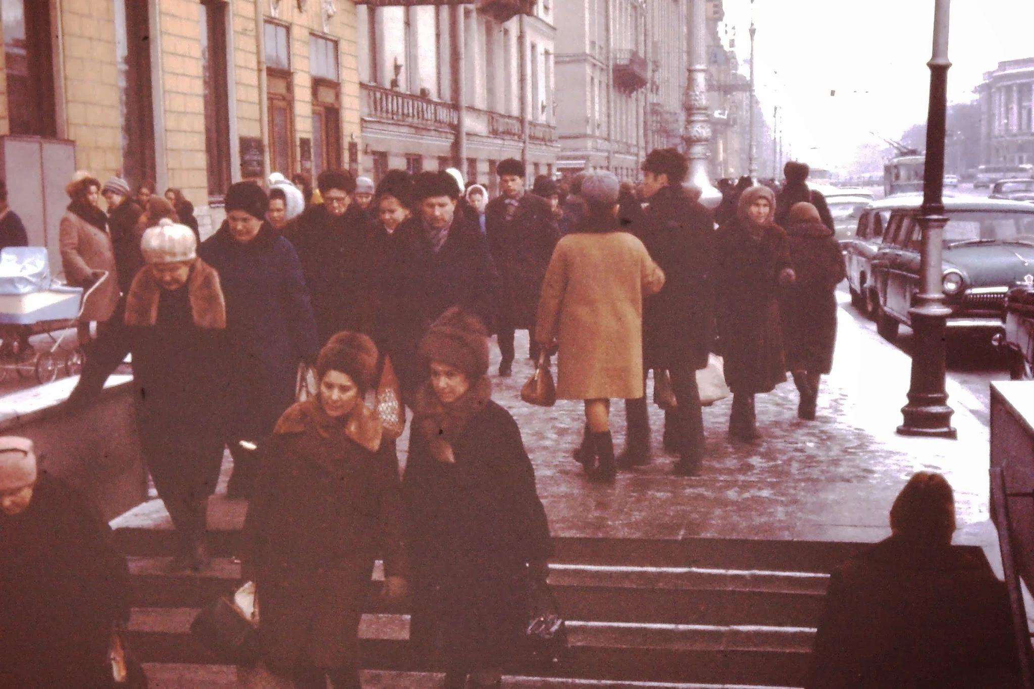Невский проспект. Подземный переход. В Москве (-25 градусов) шоколадное мороженое продавалось из картонной коробки. Вы могли бы его съесть, если бы не холод вокруг