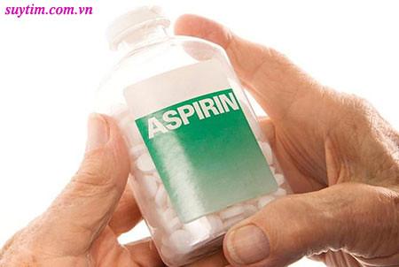 Nhai ngay một viên asprin trong thời gian chờ cấp cứu - nếu trước đó bạn được kê toa thuốc này