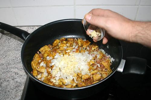 32 - Zwiebel &  Knoblauch hinzufügen / Add onion & garlic
