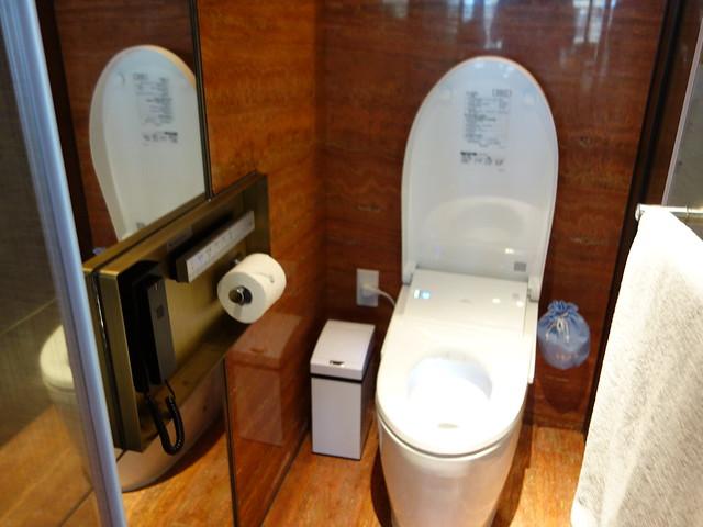 自動感應的馬桶@高雄H2O水京棧國際酒店