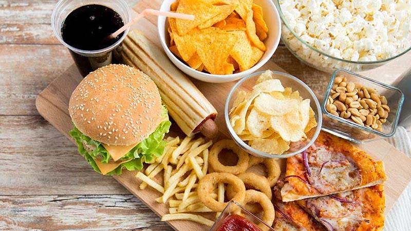 Makanan cepat saja merupakan makanan mengandung kolesterol tinggi.