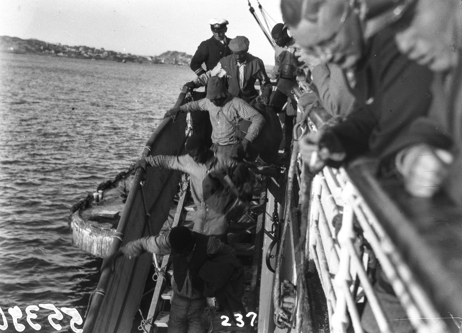 Южно-Африканский Союз. Порт-Элизабет. Вид с перил парохода Усамбара на группу людей, покидающих корабль