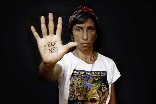 Em Minas Gerais, mulheres realizam manifestação cultural contra o fascismo