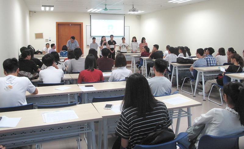Các ứng cử viên cán bộ lớp trình bày