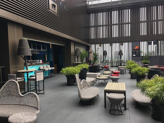 旁邊同時也是晚上的夜店 Pool Bar@高雄H2O水京棧國際酒店