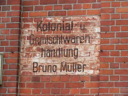20180624 20 103 Baltica Grabau Backstein Hausfassade KolonialHandlung Hinweisschild