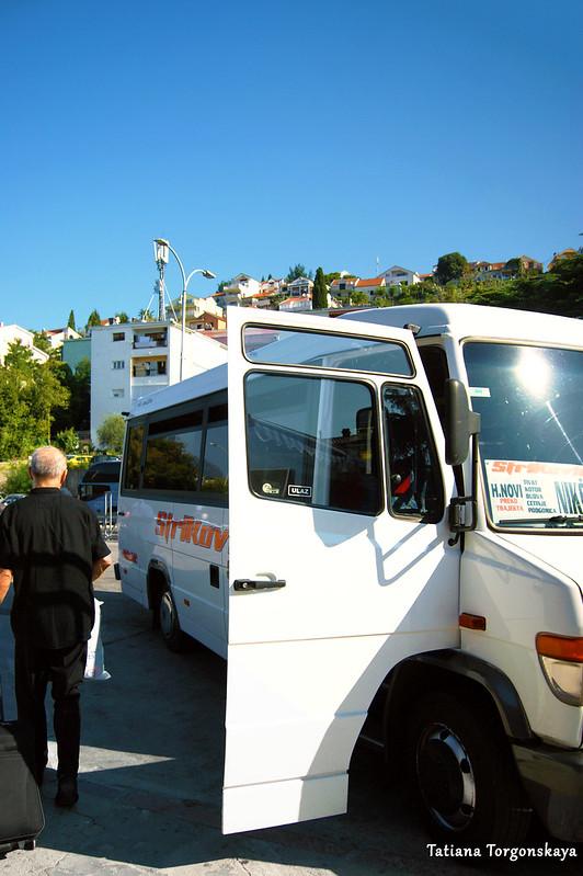 Междугородний автобус принимает пассажиров