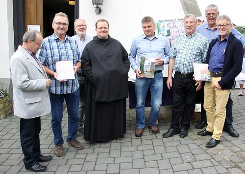 P. Timotheus, OSB, u.a. mit den Ortsbürgermeistern von Dedenbach, Königsfeld und Schalkenbach