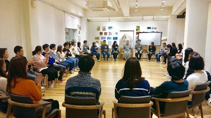 Y.M. Haemin Sunim memimpin sesi grup di Sekolah untuk Orang Patah Hati