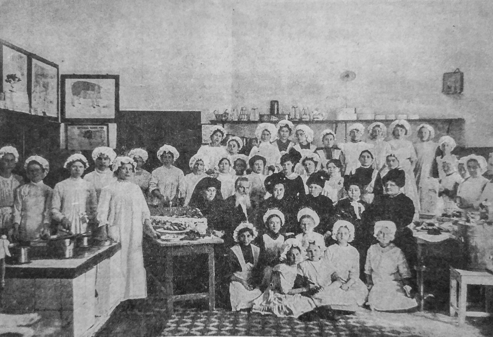 Последний выпуск кулинарной школы. 1912