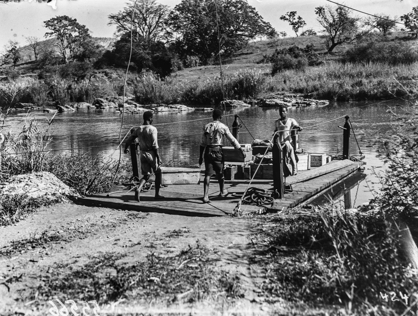 Малалане. Реакционный паром, используемый для перевозки через реку. Погрузка вещей экспедиции