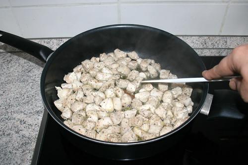 30 - Hähnchenbrustwürfel rundherum anbraten / Fry chicken dices