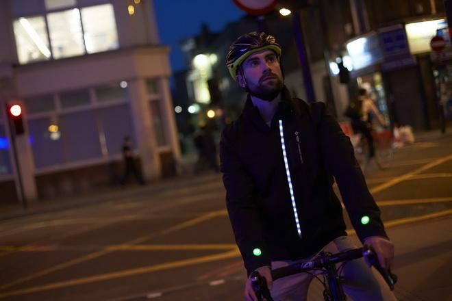 【圖三】Ford著手研發出一款智慧型穿戴裝置─智慧夾克(Smart Jacket),騎士可輕鬆地了解行車路線,並更清楚地讓其他用路人留意騎士的位...