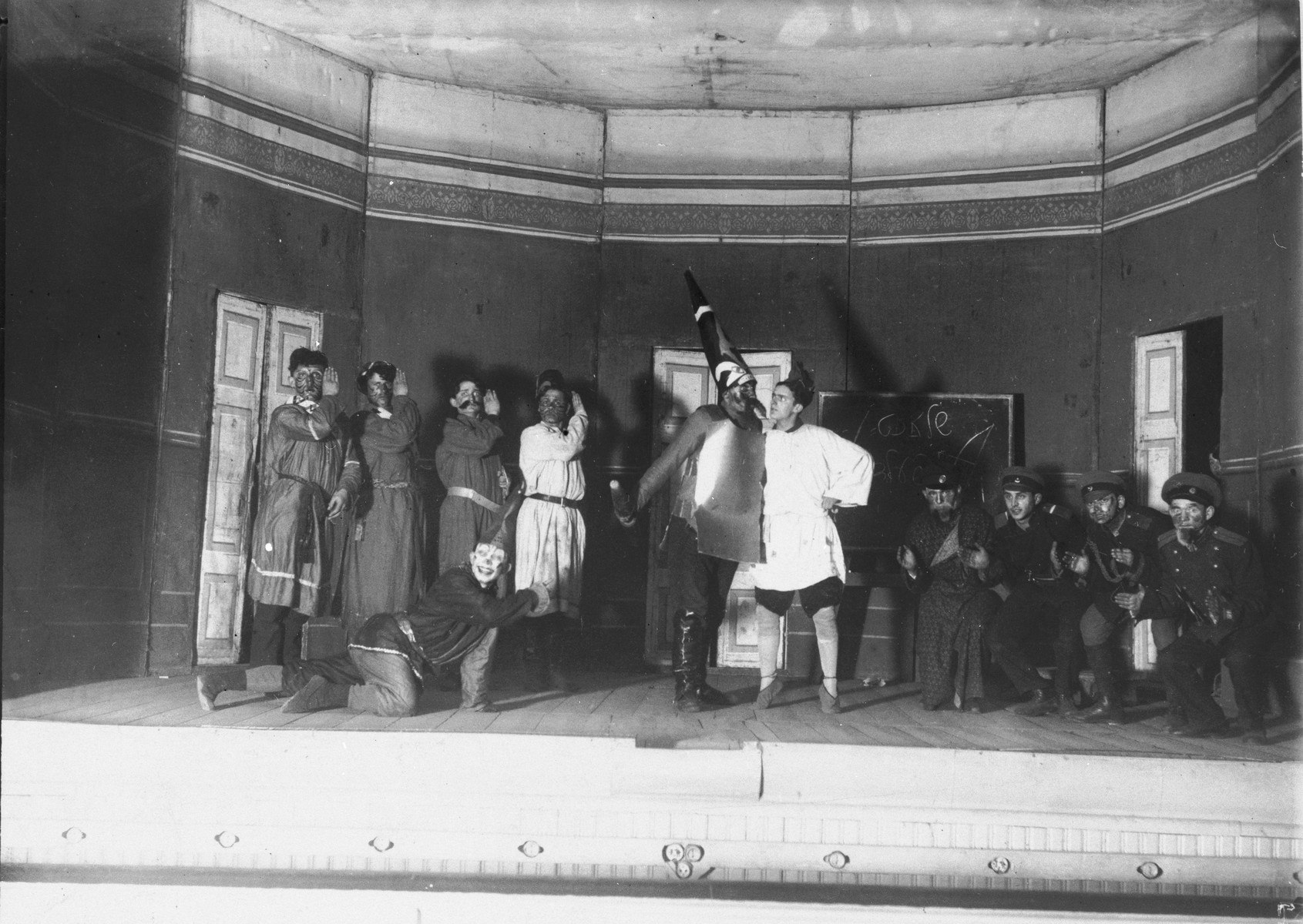 1928. Студенты играют в Давида и Голиафа. Этнографический вечер в Институте ИВО