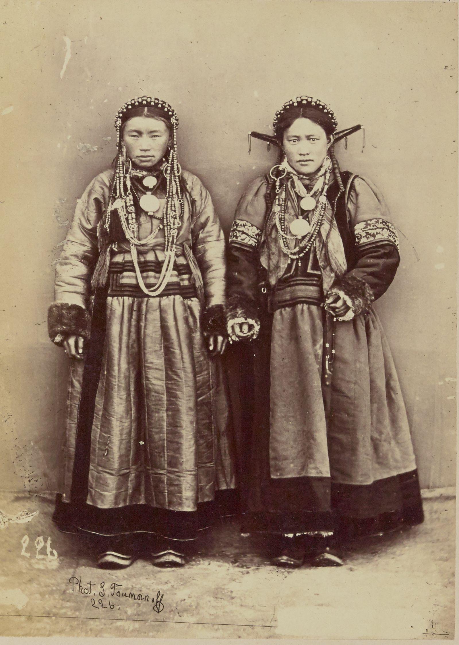 Бурятские женщина и девочка из Забайкалья