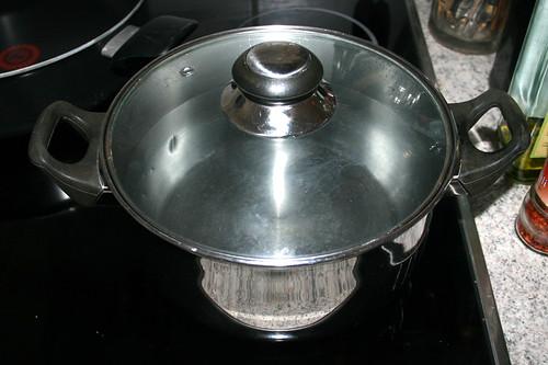 27 - Topf zum kochen der Nudeln aufsetzen / Braing water for pasta to a boil