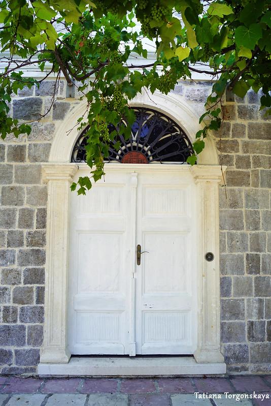 Вход в старый дом
