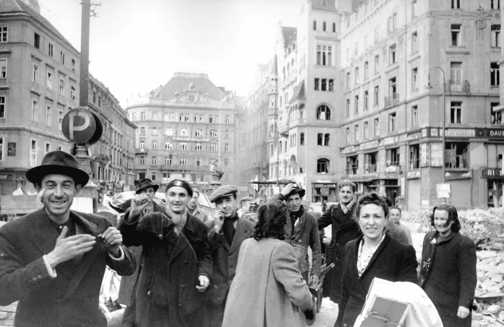 1945. Французские и итальянские рабочие празднуют освобождение от фашистского режима на одной из площадей Вены.