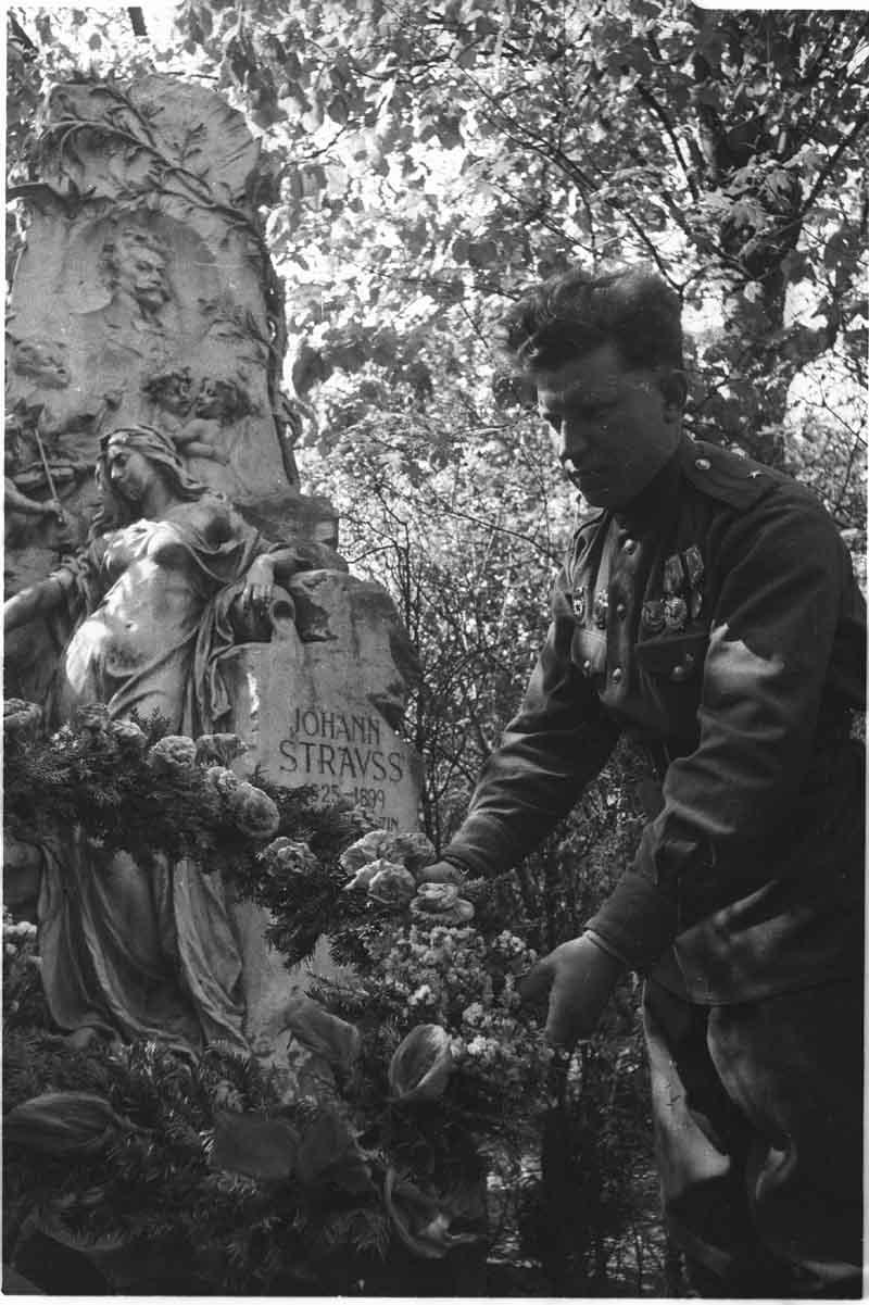 1945. Советские офицеры возлагают цветы к могиле австрийского композитора Иоганна Штрауса сына, похороненного на центральном кладбище Вены.