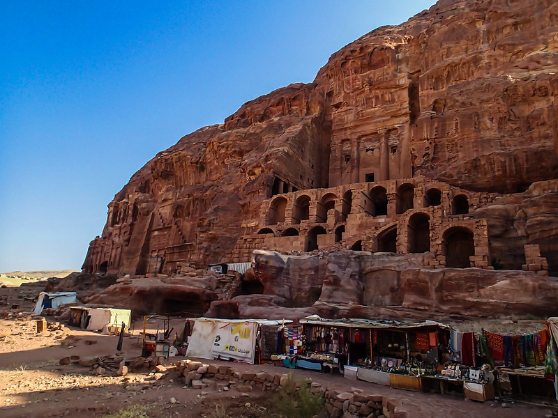 Sun, 2017-11-19 09:01 - Old structure and modern stalls in Petra