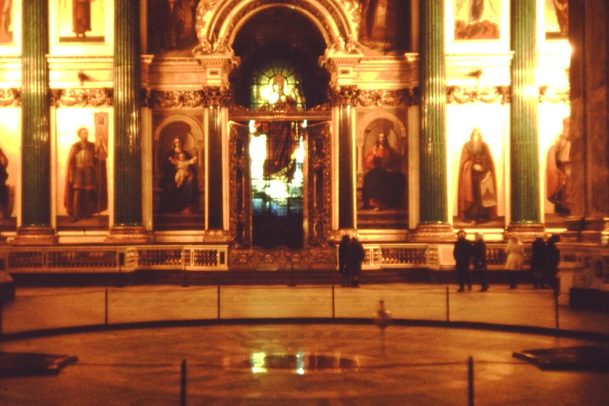 17. Исаакиевский собор. Демонстрация маятника Фуко, который доказывает, что земля вращается