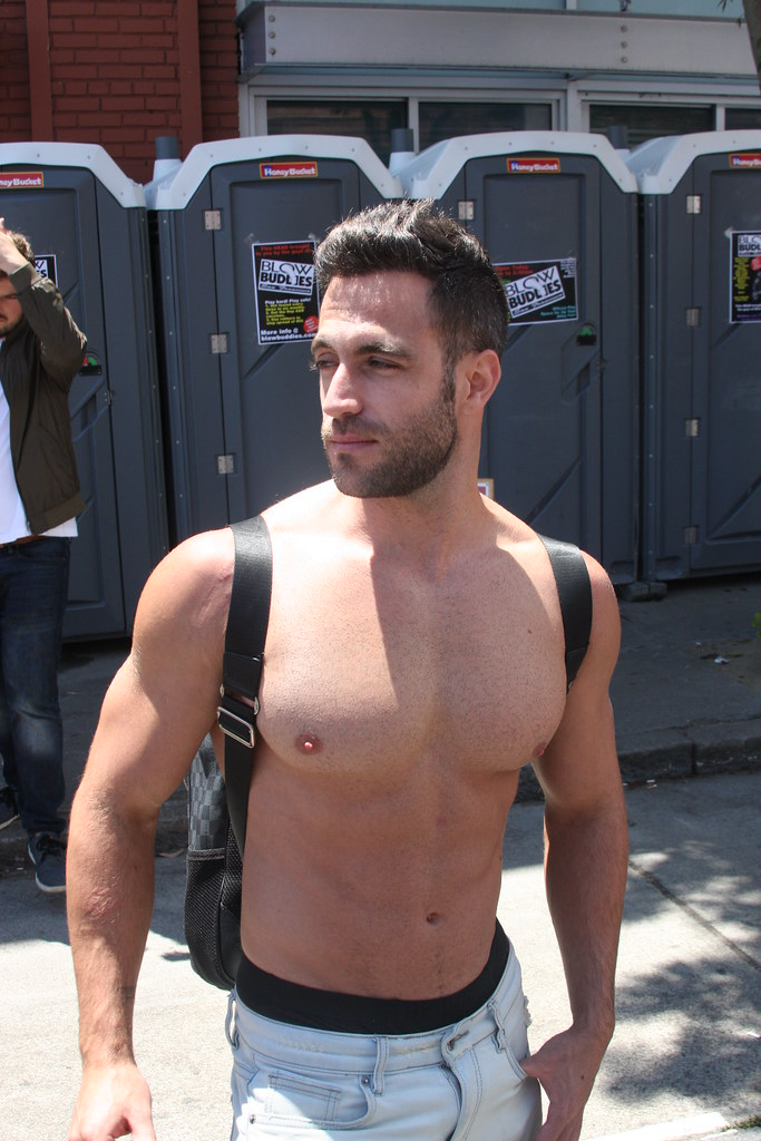 SUPER HANDSOME MUSCLE HUNK ! DORE ALLEY FAIR 2018 ! ( safe photo )