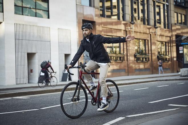 【圖二】Ford著手研發出一款智慧型穿戴裝置─智慧夾克(Smart Jacket),騎士可輕鬆地了解行車路線,並更清楚地讓其他用路人留意騎士的位...