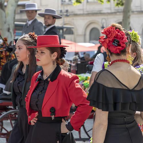xtiandugard elrocio nîmes gard france rouge red andalouses femmes costumes streetview scènederue