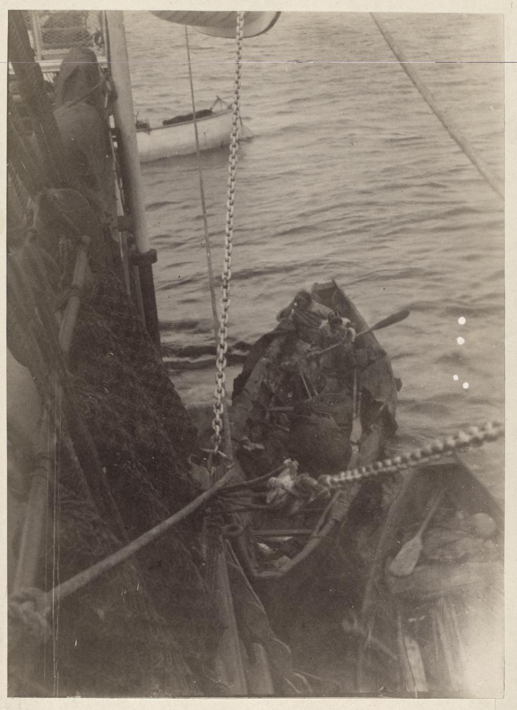 Чукотская лодка у борта клипера