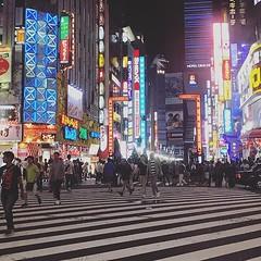 結束富士山攻頂行程,傍晚返回東京新宿啦,趕緊洗澡尋味慰勞自己! 【浪遊旅人】https://ift.tt/1zmJ36B #backpackerjim #finallydone #mtfuji #fujisan #fujimountain #street #shijuku #tokyo #japan