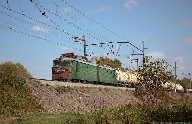 Электровоз ВЛ10у-1023 с грузовым составом.