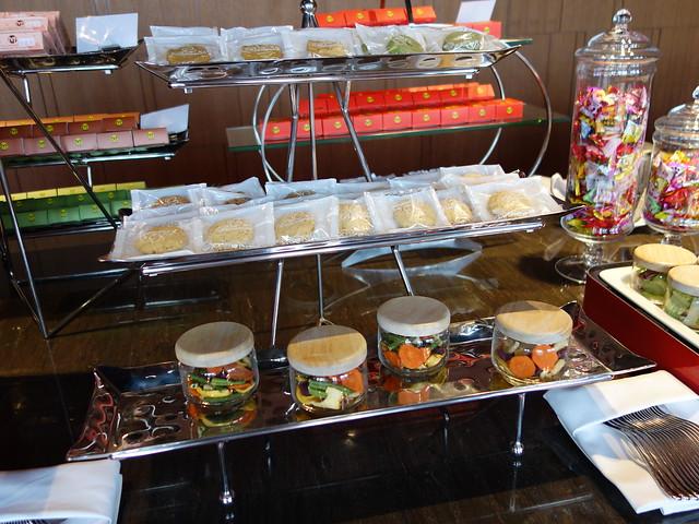 行政酒廊提供的蔬果罐、小餅乾@高雄H2O水京棧國際酒店