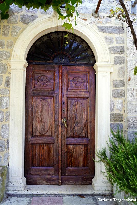 Дверь старого дома на набережной в Росе