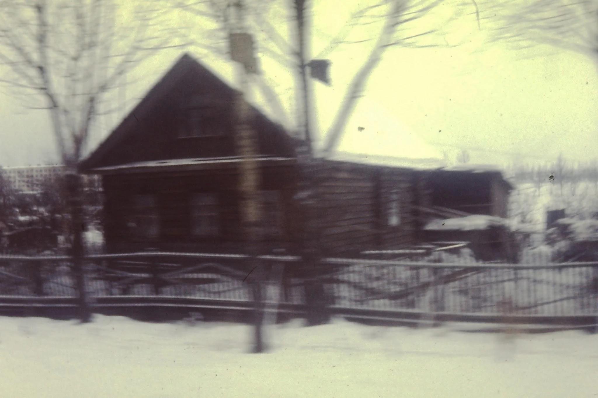 Деревянный дом на дороге между Ленинградом и Пушкино