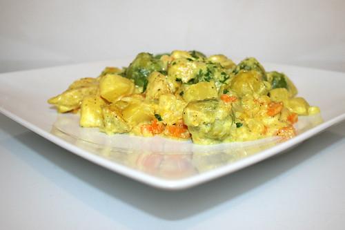 52 - Brussels sprouts potato casserole with curry chicken - Side view / Rosenkohl-Kartoffel-Auflauf mit Curry-Hähnchen - Seitenansicht