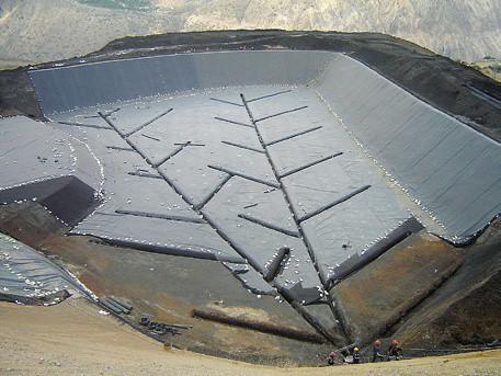 Рисунок 8. Гидроизоляция и дренаж дна хвостохранилища. Месторождение Кобрица, Перу.